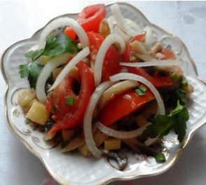 Салат грибной с помидорами