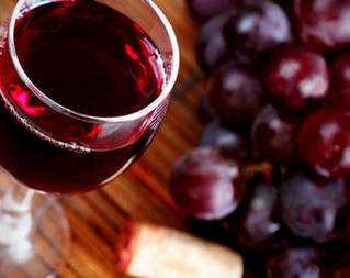 Красное вино с травами